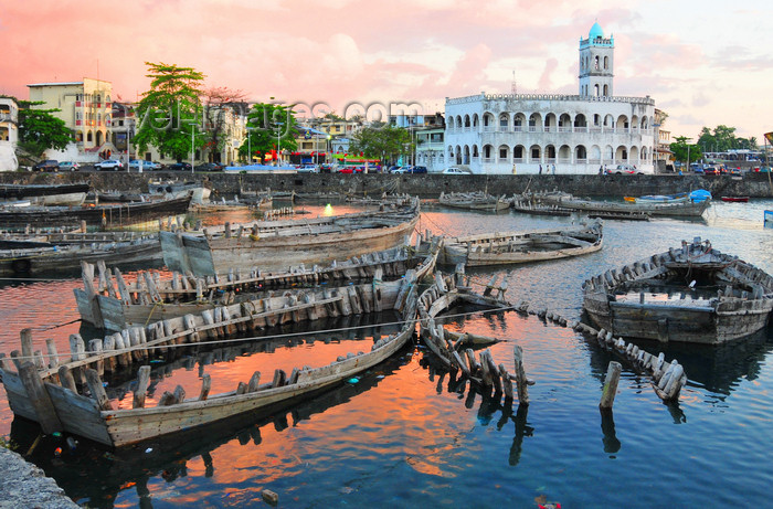 comoros19: Moroni, Grande Comore / Ngazidja, Comoros islands: sunset on the dhow port and the Old Friday Mosque - Port aux Boutres et l'Ancienne mosquée du Vendredi - photo by M.Torres - (c) Travel-Images.com - Stock Photography agency - Image Bank