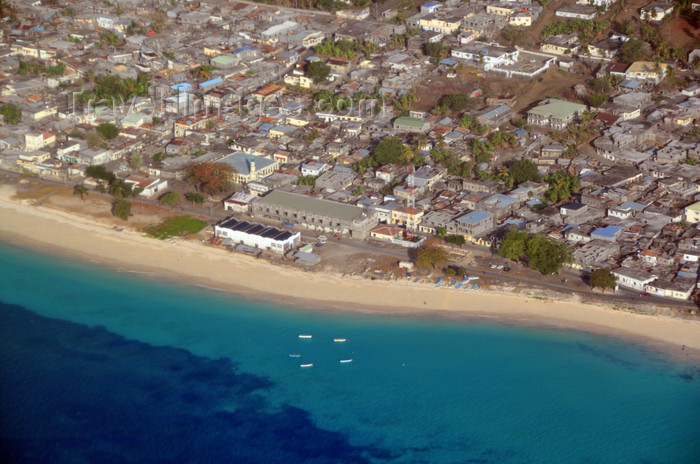 comoros2: Mitsamiouli, Grande Comore / Ngazidja, Comoros islands: the town and the beach - from the air  - photo by M.Torres - (c) Travel-Images.com - Stock Photography agency - Image Bank