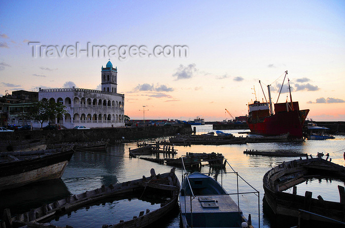 comoros22: Moroni, Grande Comore / Ngazidja, Comoros islands: dhow port and Old Friday Mosque at dusk - photo by M.Torres - (c) Travel-Images.com - Stock Photography agency - Image Bank
