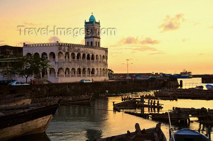 comoros23: Moroni, Grande Comore / Ngazidja, Comoros islands: sunset - dhow port and the Old Friday Mosque - Port aux Boutres et l'Ancienne mosquée du Vendredi - photo by M.Torres - (c) Travel-Images.com - Stock Photography agency - Image Bank