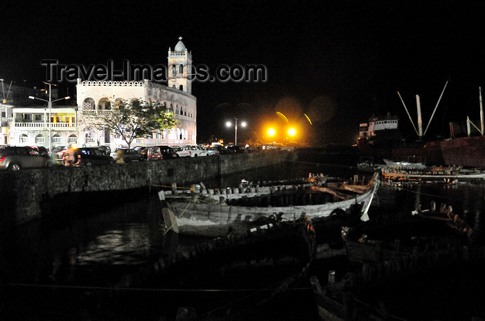 comoros27: Moroni, Grande Comore / Ngazidja, Comoros islands: night on the dhow port and the Old Friday Mosque - Port aux Boutres et l'Ancienne mosquée du Vendredi - photo by M.Torres - (c) Travel-Images.com - Stock Photography agency - Image Bank