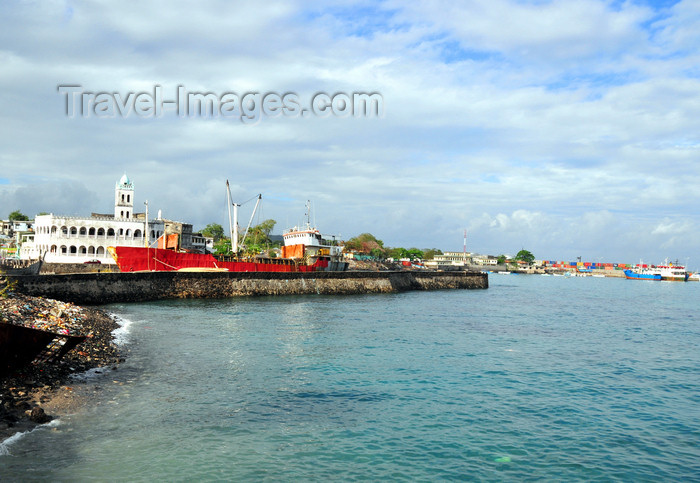 comoros46: Moroni, Grande Comore / Ngazidja, Comoros islands: old and new port seen from the Corniche - photo by M.Torres - (c) Travel-Images.com - Stock Photography agency - Image Bank