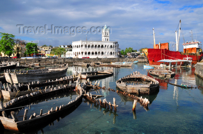 comoros47: Moroni, Grande Comore / Ngazidja, Comoros islands: wooden boats at the dhow port and the Old Friday Mosque - Port aux Boutres et l'Ancienne mosquée du Vendredi - photo by M.Torres - (c) Travel-Images.com - Stock Photography agency - Image Bank