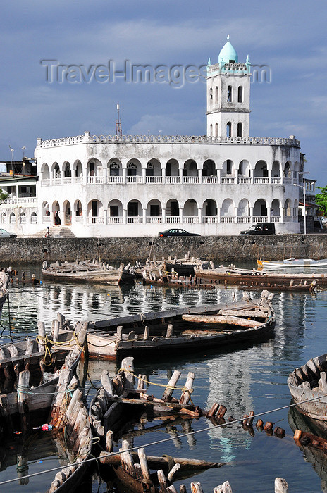 comoros48: Moroni, Grande Comore / Ngazidja, Comoros islands: Old Friday Mosque reflected on the dhow port - Port aux Boutres et l'Ancienne mosquée du Vendredi - photo by M.Torres - (c) Travel-Images.com - Stock Photography agency - Image Bank