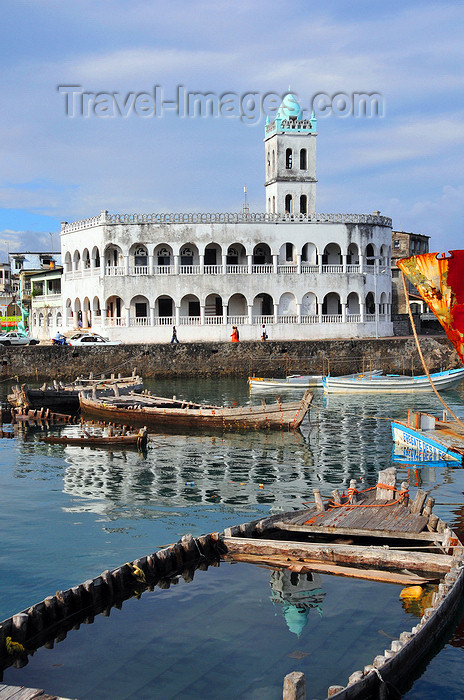 comoros54: Moroni, Grande Comore / Ngazidja, Comoros islands: half sunk dhow and the Old Friday Mosque - Port aux Boutres et l'Ancienne mosquée du Vendredi - photo by M.Torres - (c) Travel-Images.com - Stock Photography agency - Image Bank