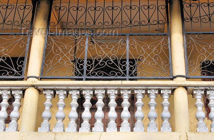 comoros67: Moroni, Grande Comore / Ngazidja, Comoros islands: balustrade on an old balcony - Zilimadjou - photo by M.Torres - (c) Travel-Images.com - Stock Photography agency - Image Bank