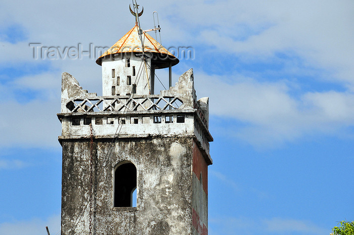 comoros85: Moroni, Grande Comore / Ngazidja, Comoros islands: minaret - mosque near Av. de Ministères - photo by M.Torres - (c) Travel-Images.com - Stock Photography agency - Image Bank