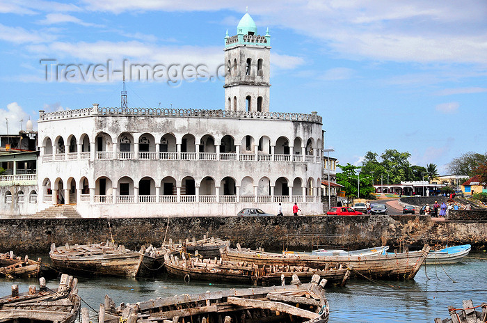 comoros86: Moroni, Grande Comore / Ngazidja, Comoros islands: the dhow port and the Old Friday Mosque - Port aux Boutres et l'Ancienne mosquée du Vendredi - photo by M.Torres - (c) Travel-Images.com - Stock Photography agency - Image Bank