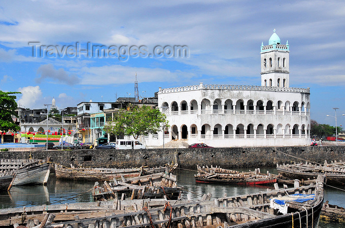 comoros88: Moroni, Grande Comore / Ngazidja, Comoros islands: hulls of dhows and the Old Friday Mosque - Port aux Boutres et l'Ancienne mosquée du Vendredi - photo by M.Torres - (c) Travel-Images.com - Stock Photography agency - Image Bank