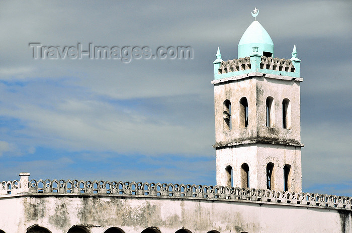 comoros90: Moroni, Grande Comore / Ngazidja, Comoros islands: sky and the Old Friday Mosque - Ancienne mosquée du Vendredi - photo by M.Torres - (c) Travel-Images.com - Stock Photography agency - Image Bank