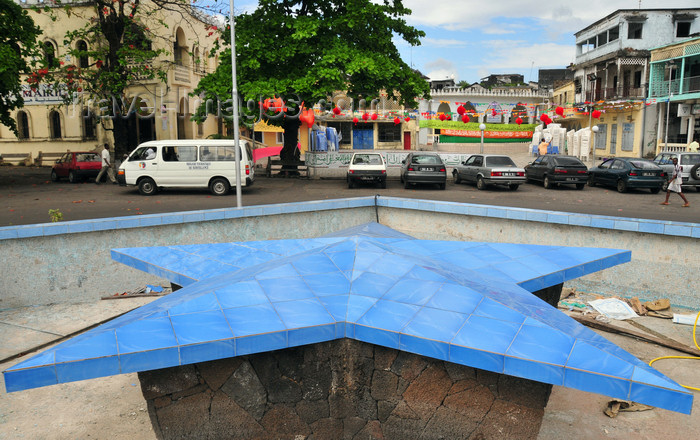 comoros91: Moroni, Grande Comore / Ngazidja, Comoros islands: blue star on a dry fountain - Place de Badjanani - photo by M.Torres - (c) Travel-Images.com - Stock Photography agency - Image Bank