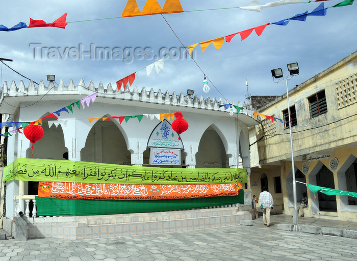 comoros95: Moroni, Grande Comore / Ngazidja, Comoros islands: Place de Badjanani - Sultan Ahmed mosque - banner announcing a 'grand mariage' - photo by M.Torres - (c) Travel-Images.com - Stock Photography agency - Image Bank