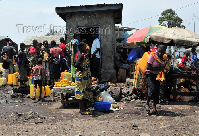 congo-dr18: Goma, Nord-Kivu, Democratic Republic of the Congo: water distribution - women with jerrycans - photo by M.Torres - (c) Travel-Images.com - Stock Photography agency - Image Bank