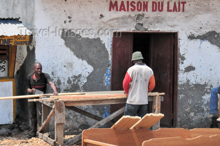 congo-dr20: Goma, Nord-Kivu, Democratic Republic of the Congo: carpenter workshop on the street - workers making a bed - entrance to Maison du Lait - photo by M.Torres - (c) Travel-Images.com - Stock Photography agency - Image Bank