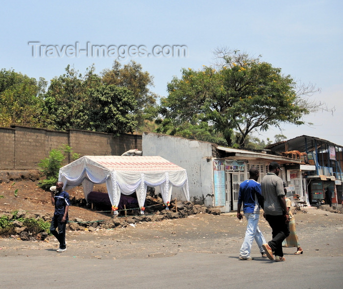 congo-dr23: Goma, Nord-Kivu, Democratic Republic of the Congo: coffin under a tent near the family home - funerary honours - photo by M.Torres - (c) Travel-Images.com - Stock Photography agency - Image Bank