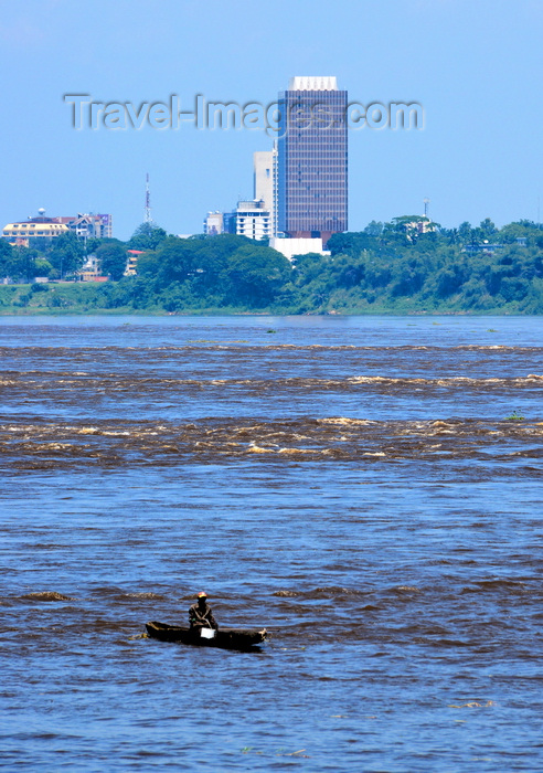 congo-dr46: Kinshasa, Democratic Republic of the Congo:  Livingstone Falls / Chutes du Djoué -  rapids on the lower course of the Congo River, border between the Congos - man steering a pirogue - CCIC building (Chambre de Commerce et d'Industrie Inde Congo) / Fleuve Congo Hotel, Boulevard Tshatshi, Gombe - photo by M.Torres - (c) Travel-Images.com - Stock Photography agency - Image Bank