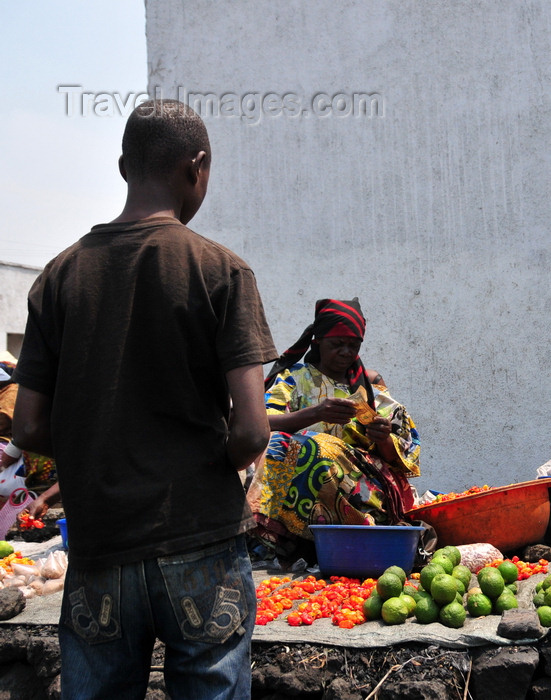 congo-dr6: Goma, Nord-Kivu, Democratic Republic of the Congo: buying lemons on the street - fruit and veg vendor and client - photo by M.Torres - (c) Travel-Images.com - Stock Photography agency - Image Bank