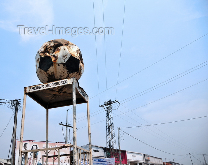 congo-dr9: Goma, Nord-Kivu, Democratic Republic of the Congo: roundabout - empty police podium with soccer ball - Anciens de Don Bosco - pylon and cables - photo by M.Torres - (c) Travel-Images.com - Stock Photography agency - Image Bank