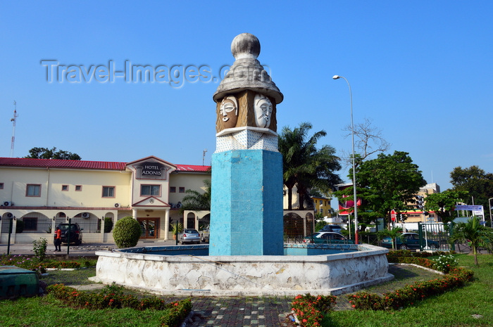 congo13: Brazzaville, Congo: totem-like fountain at the center of the 'masks round-about' - intersection of Avenue de l'Amitié and Boulevard Denis Sassou Nguesso - Rond-point 'aux masques' - Hotel Adonis in the background - photo by M.Torres - (c) Travel-Images.com - Stock Photography agency - Image Bank