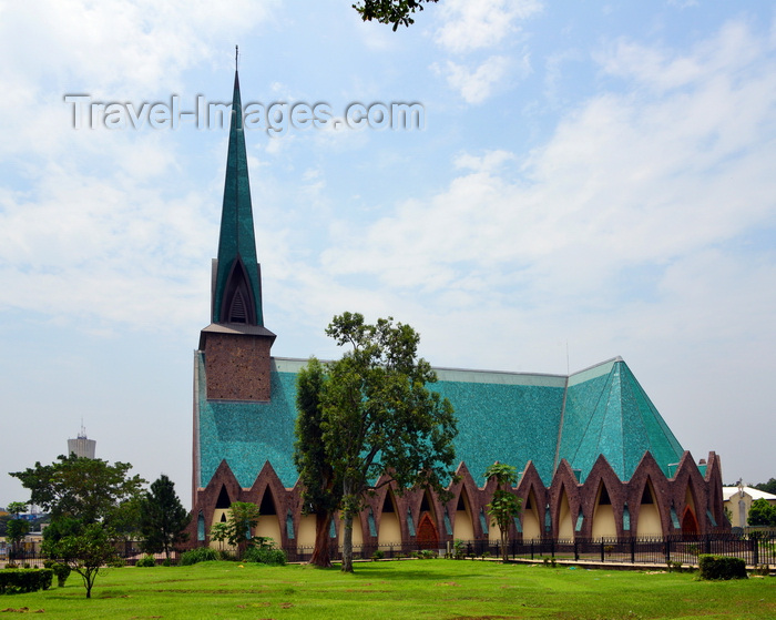 congo52: Brazzaville, Congo: Basilica of Saint'Anne of Congo - gardens and side view with Nabemba tower on the right - Basilique sainte Anne du Congo - architect Roger Erell - Rue d'Abomey / Avenue de la Paix, Poto-Poto - photo by M.Torres - (c) Travel-Images.com - Stock Photography agency - Image Bank