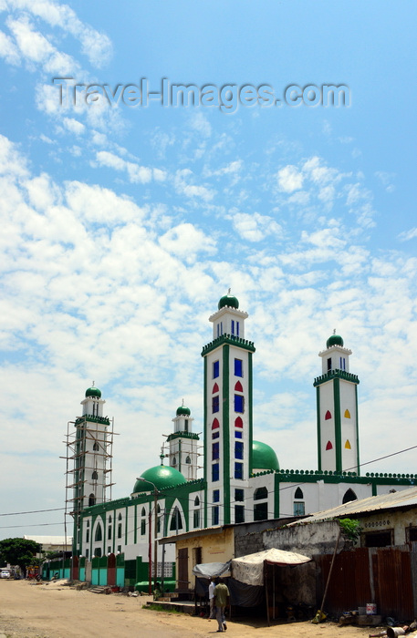 congo56: Brazzaville, Congo: people near the green domed mosque in the Rue des Sénegalais area, Poto-Poto - photo by M.Torres - (c) Travel-Images.com - Stock Photography agency - Image Bank