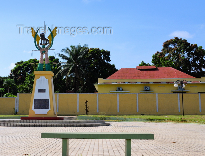 congo67: Brazzaville, Congo: bench and obelisk with the insignia of the General Staff of the Congolese Armed Forces, illustrate the power of the military - intersection of Avenue de la 2ème Division Blindée and Boulevard Denis Sassou Nguesso - photo by M.Torres - (c) Travel-Images.com - Stock Photography agency - Image Bank