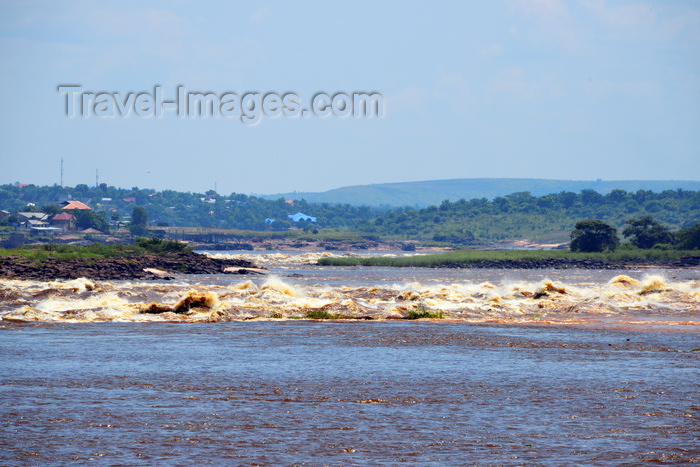 congo82: Djoué, Congo: looking downstream at the Livingstone Falls / Chutes du Djoué - rapids on the lower course of the Congo River, border between the Congos at Monkey Island (Ile des Singes) - photo by M.Torres - (c) Travel-Images.com - Stock Photography agency - Image Bank