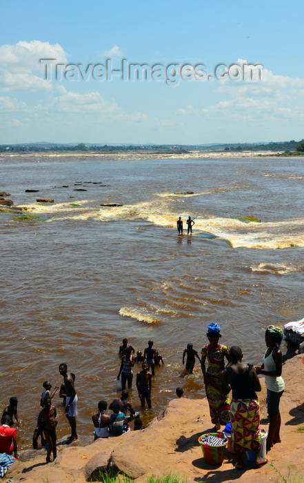 congo83: Djoué, Congo: Livingstone Falls / Chutes du Djoué - rapids on the lower course of the Congo River, border between the Congos - people bathing and washing clothes -  photo by M.Torres - (c) Travel-Images.com - Stock Photography agency - Image Bank
