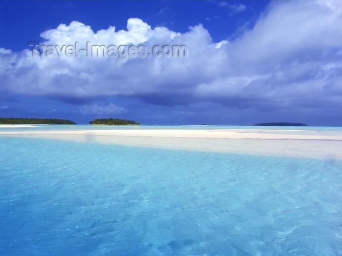 cook12: Cook Islands - Aitutaki island: sandbar in stunning lagoon - photo by B.Goode - (c) Travel-Images.com - Stock Photography agency - Image Bank