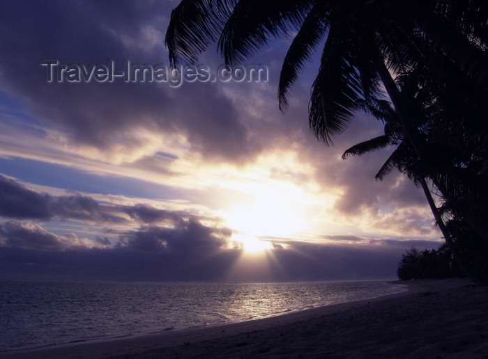 cook29: Cook Islands - Rarotonga island: sun begins to set over Titikaveka beach - photo by B.Goode - (c) Travel-Images.com - Stock Photography agency - Image Bank