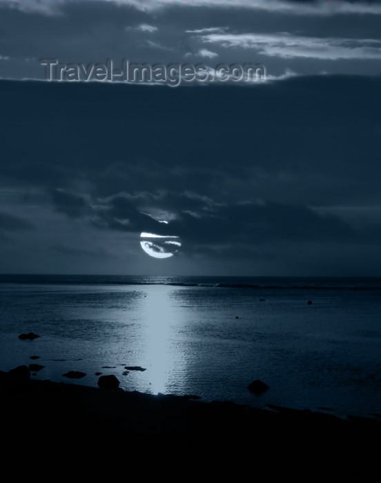 cook48: Cook Islands - Rarotonga island: moon over the ocean - photo by B.Goode - (c) Travel-Images.com - Stock Photography agency - Image Bank