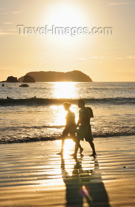 costa-rica114: Manuel António, Puntarenas province, Costa Rica: couple in a romantic walk - sunset - Pacific ocean, Las Gemelas and Isla Larga - photo by M.Torres - (c) Travel-Images.com - Stock Photography agency - Image Bank