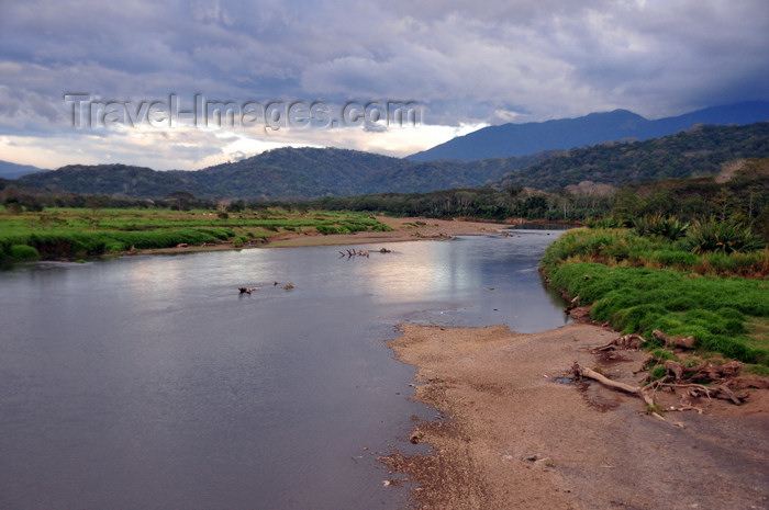 costa-rica128: Río Grande de Tárcoles, Puntarenas province, Costa Rica: the river seen from the 'Crocodile bridge' - photo by M.Torres - (c) Travel-Images.com - Stock Photography agency - Image Bank