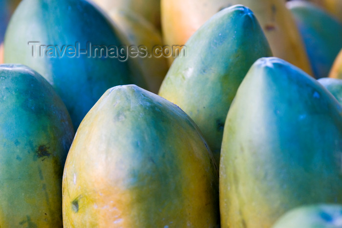costa-rica28: Costa Rica - Alajuela province: papayas for sale at a Costarican roadside market - Carica papaya - photo by H.Olarte - (c) Travel-Images.com - Stock Photography agency - Image Bank