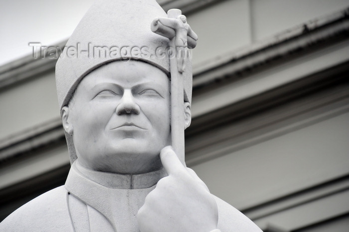 costa-rica7: San José, Costa Rica: Metropolitan Cathedral - statue of Pope John Paul II by sculptor Jorge Jiménez Deredia - monumento a Juan Pablo II - photo by M.Torres - (c) Travel-Images.com - Stock Photography agency - Image Bank