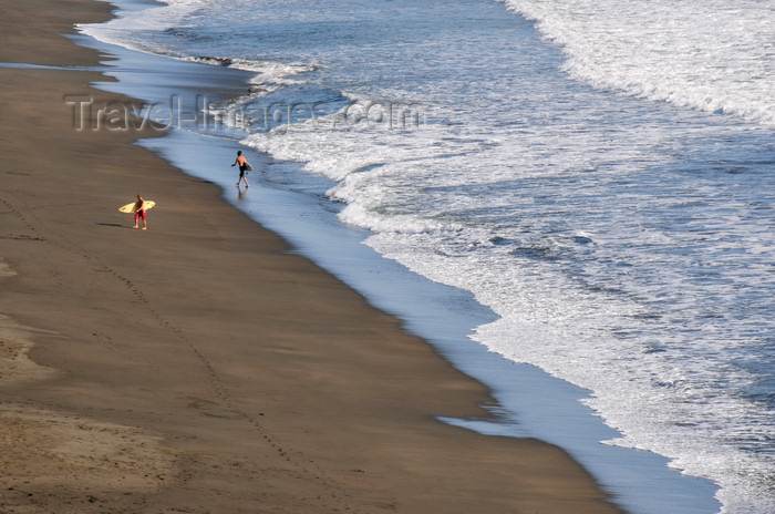 costa-rica96: Playa Hermosa, Puntarenas province, Costa Rica: surfers leave the beach - photo by M.Torres - (c) Travel-Images.com - Stock Photography agency - Image Bank