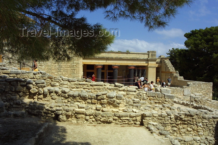 crete120: Crete, Greece - Knossos (Heraklion prefecture): tourists are everywhere (photo by A.Stepanenko) - (c) Travel-Images.com - Stock Photography agency - Image Bank