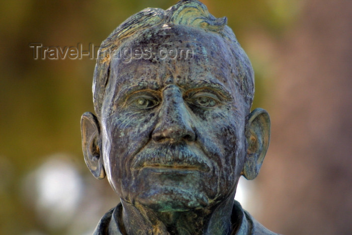 crete150: Crete, Greece - Knossos (Heraklion prefecture): statue of Sir Arthur Evans - British archaeologist known for his discovery of the palace at Knossos (photo by A.Stepanenko) - (c) Travel-Images.com - Stock Photography agency - Image Bank