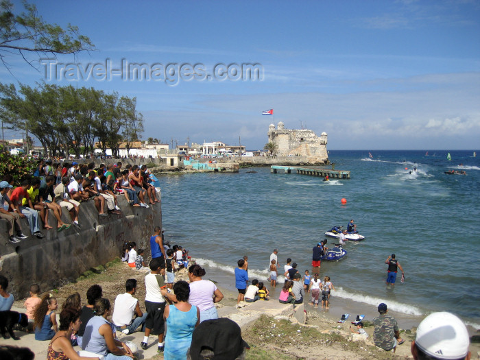 cuba124: Cuba - Cojimar - Havana province: boat races by the fort and the beach - photo by L.Gewalli - (c) Travel-Images.com - Stock Photography agency - Image Bank
