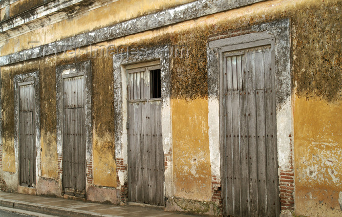 cuba70: Cuba - Holguín - wall and four doors - photo by G.Friedman - (c) Travel-Images.com - Stock Photography agency - Image Bank