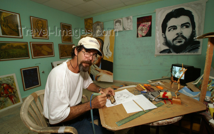 cuba71: Cuba - Holguín - Jaime, the painter - Che on the wall - photo by G.Friedman - (c) Travel-Images.com - Stock Photography agency - Image Bank