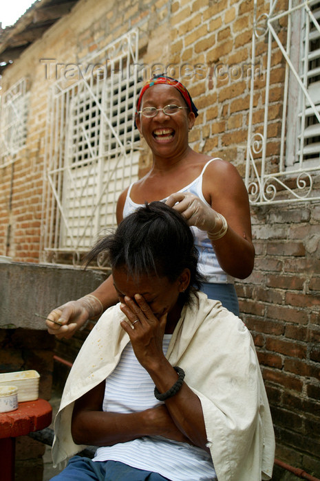 cuba72: Cuba - Holguín - laughing during haircut - photo by G.Friedman - (c) Travel-Images.com - Stock Photography agency - Image Bank