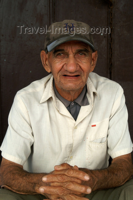 cuba75: Cuba - Holguín - old man with NY Yankees baseball cap - photo by G.Friedman - (c) Travel-Images.com - Stock Photography agency - Image Bank