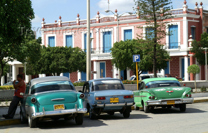 cuba82: Cuba - Holguín - three old cars - photo by G.Friedman - (c) Travel-Images.com - Stock Photography agency - Image Bank