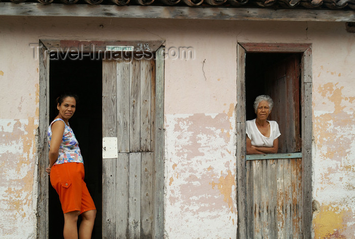 cuba83: Cuba - Holguín - two women, two doors - photo by G.Friedman - (c) Travel-Images.com - Stock Photography agency - Image Bank