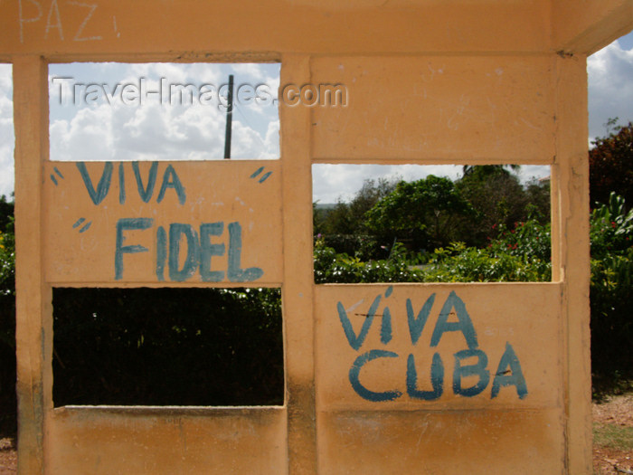 cuba89: Cuba - Holguín province - bus stop graffiti - viva Fidel, Viva Cuba! - photo by G.Friedman - (c) Travel-Images.com - Stock Photography agency - Image Bank