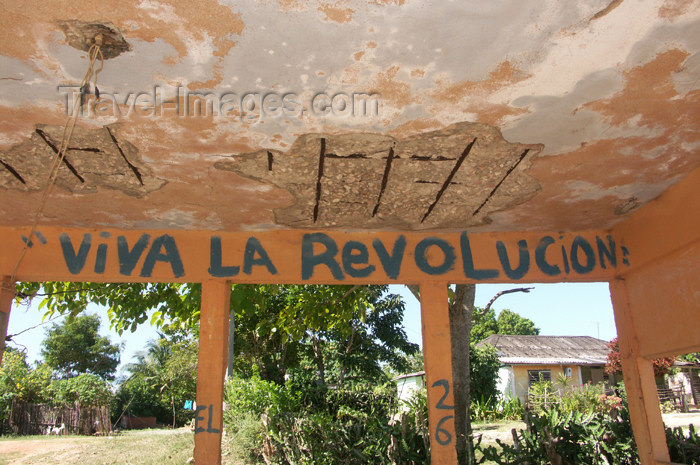 cuba90: Cuba - Holguín province - bus stop graffiti - Viva la Revolution - photo by G.Friedman - (c) Travel-Images.com - Stock Photography agency - Image Bank