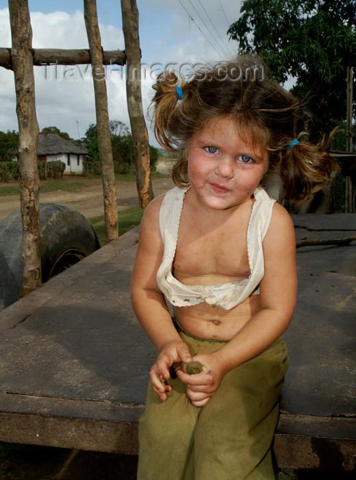 cuba99: Cuba - Holguín province - girl with dirty face - Cuban angel - photo by G.Friedman - (c) Travel-Images.com - Stock Photography agency - Image Bank