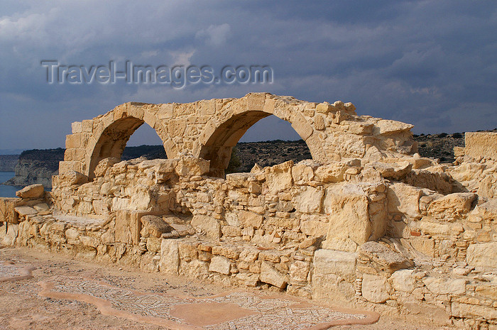 cyprus69: Kourion - Limassol district, Cyprus: ruins of a Roman basilica - arches - photo by A.Ferrari - (c) Travel-Images.com - Stock Photography agency - Image Bank
