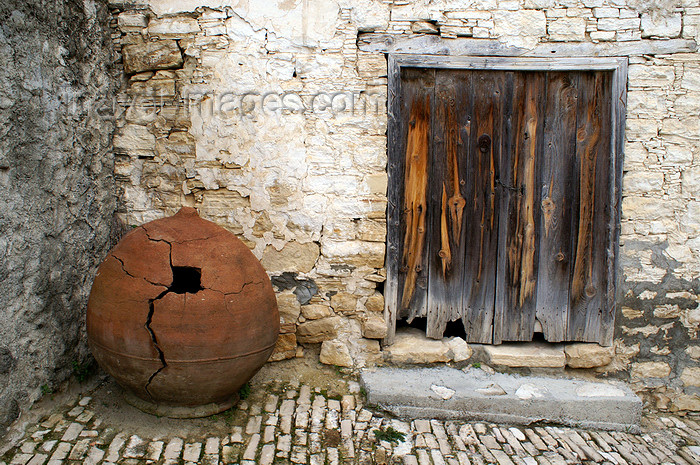cyprus80: Lofou - Limassol district, Cyprus: old pot and old door - photo by A.Ferrari - (c) Travel-Images.com - Stock Photography agency - Image Bank